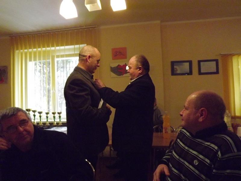 Wręczanie srebrnej odznaki PZW Andrzejowi Duda przez Henryka Smolińskiego dscf2245