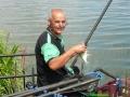 Andrzej Duda nad wodą ze złowioną rybą andrzej-z-ryba